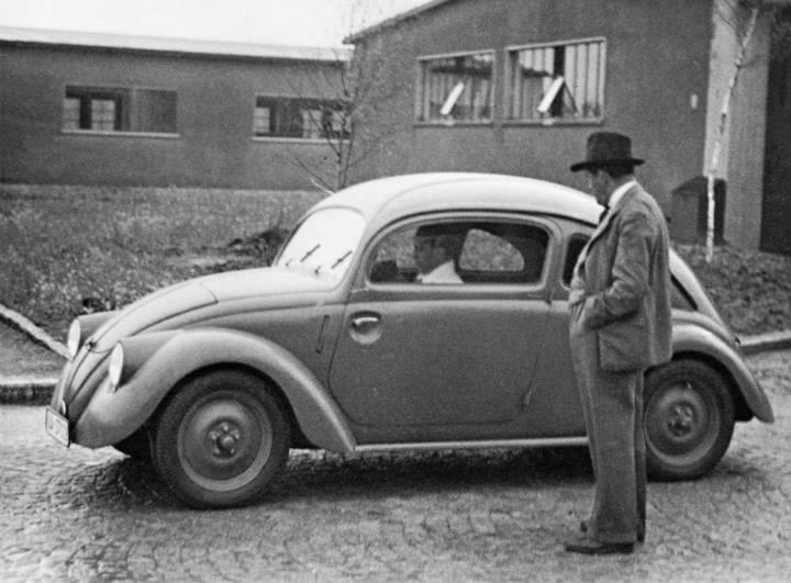 Ferdinad Porsche cu prototipul Kdf Wagen in 1937
